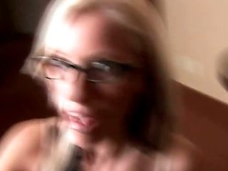 Schoonheid, In De Slaapkamer, Blond, Pijpbeurt, Zaad Slikken, Schattig, Diep In De Keel Nemen, Lul, Ondeugende, Bril,