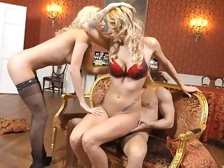 блондинки, две женщины, один мужчина, друг, трахает, хардкор, натуральные сиськи, порнозвезда, бритая киска, секс втроем,
